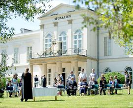 Svatební obřad před muzeem
