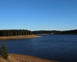 Pohled na jedno z mezolitických nalezišť v okolí přehrady Fláje. Vedle Šumavy představují Krušné hory druhé území s doloženým horským lovecko-sběračským osídlením. Foto J. Eigner 2015.